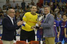 Xavier Vilamala, Alcalde de Sant Hipòlit de Voltregà, entrega el trofeu al capità del Barça, Aitor Egurrola.